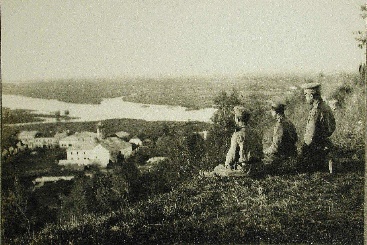 62. Русские солдаты любуются панорамой города.Галич