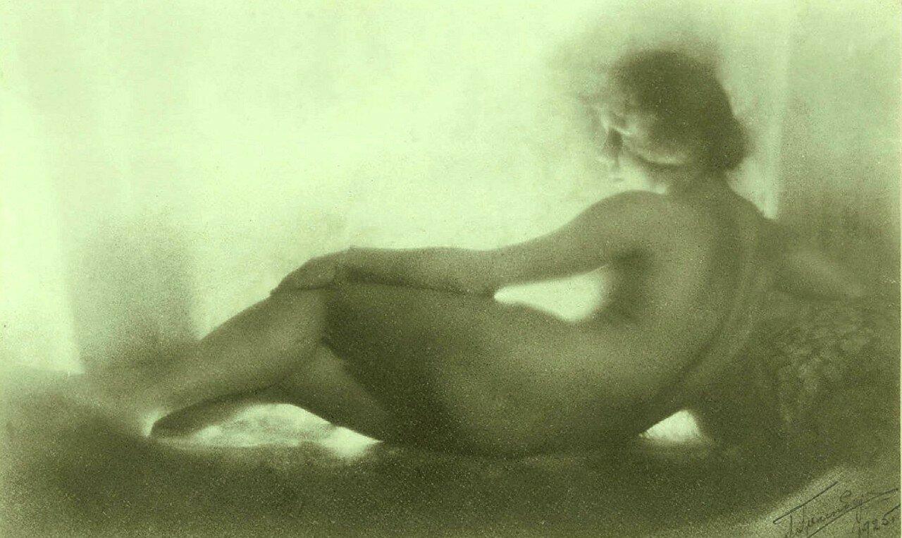 1925. Ню