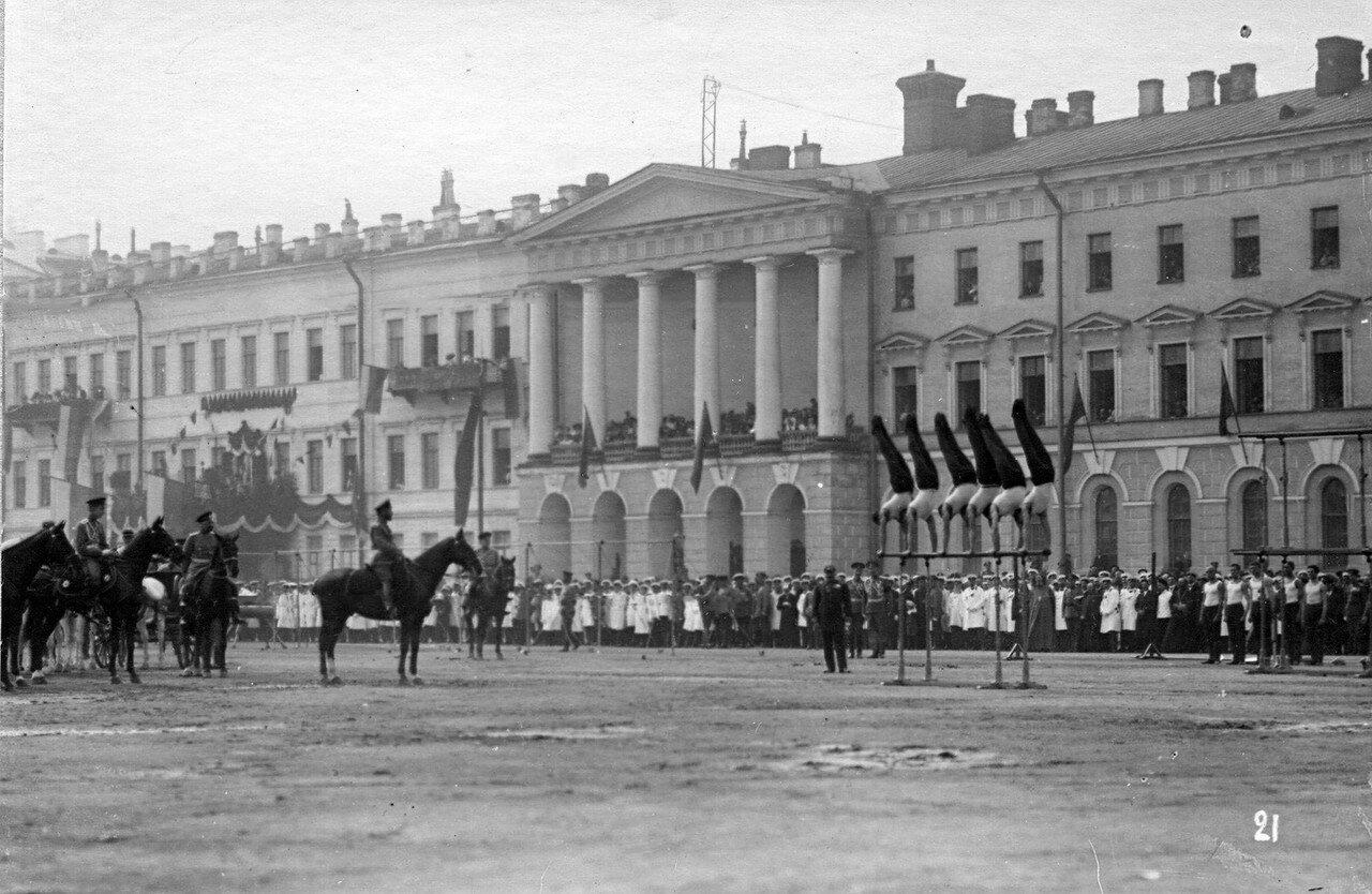84. Демонстрация упражнений на брусьях перед императором Николаем II