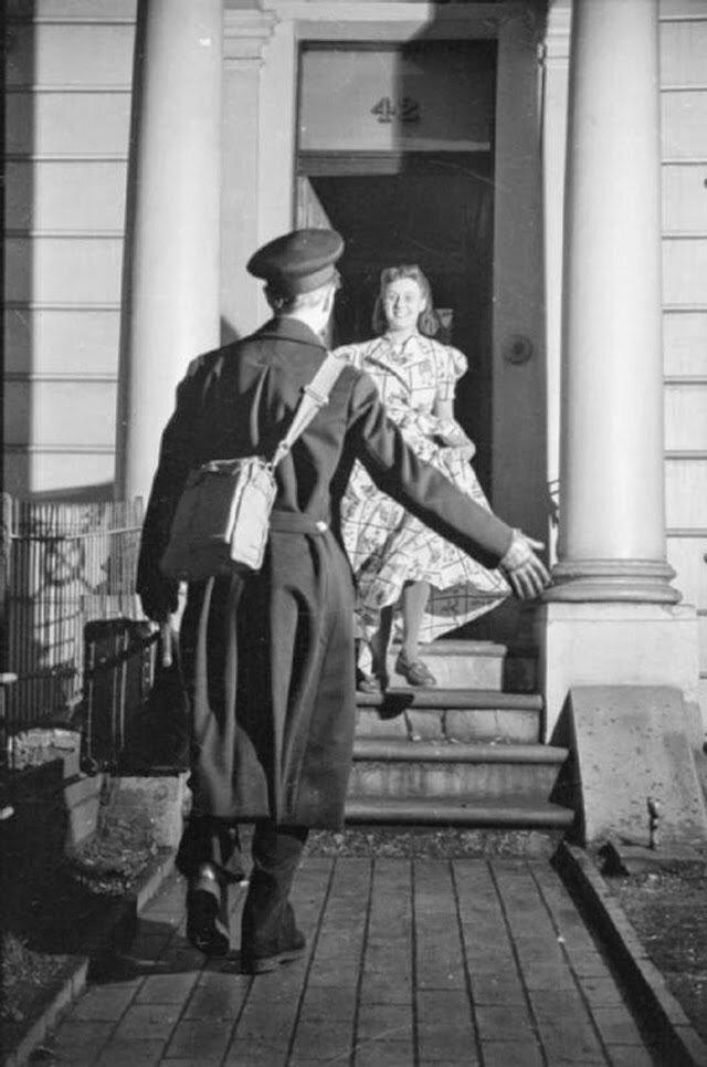 27. Оливия встречает своего мужа в дверях дома