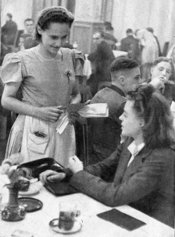 Немецкая девушка в киевском ресторане — репортаж о приезде в Киев