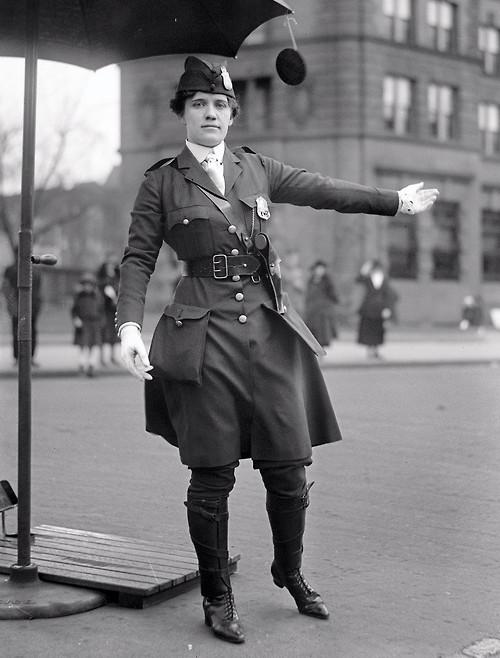 1918 Леола Кинг Первая женщина–регулировщик дорожного движения в США Вашингтон.jpg