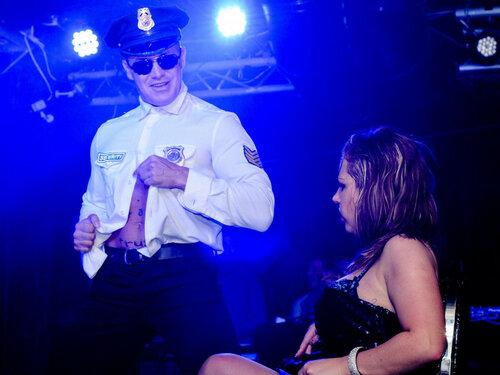 полицейский стриптиз.jpg