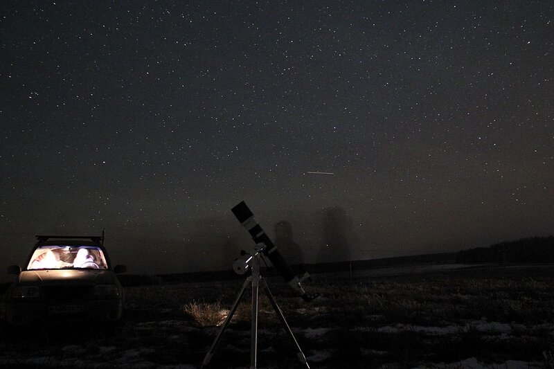 телескоп, автомобиль и тени астрономов-любителей на фоне звездного неба 23 ноября 2014 г. Астрономический выезд в Шалегово (Оричи, Кировская область)