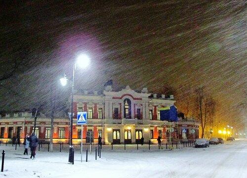Зимой у драмтеатра во Пскове