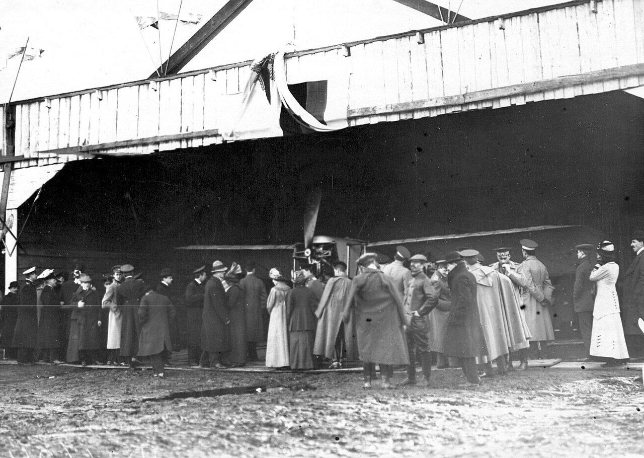 06. Группа авиаторов, членов Императорского Всероссийского аэроклуба и гостей осматривает аэроплан. 5 мая 1912