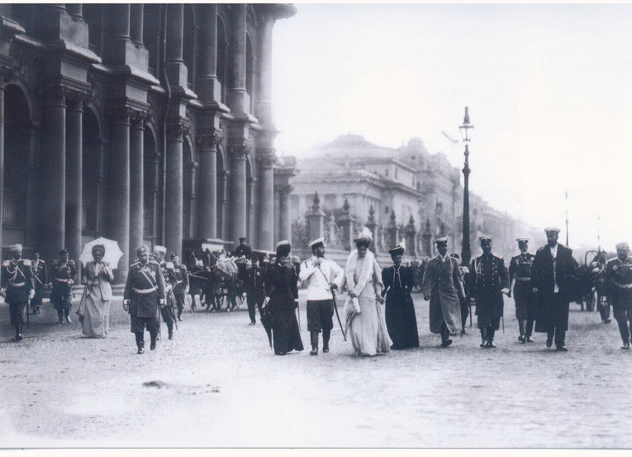 06. Император Николай II и члены императорской фамилии перед Зимним дворцом.1906