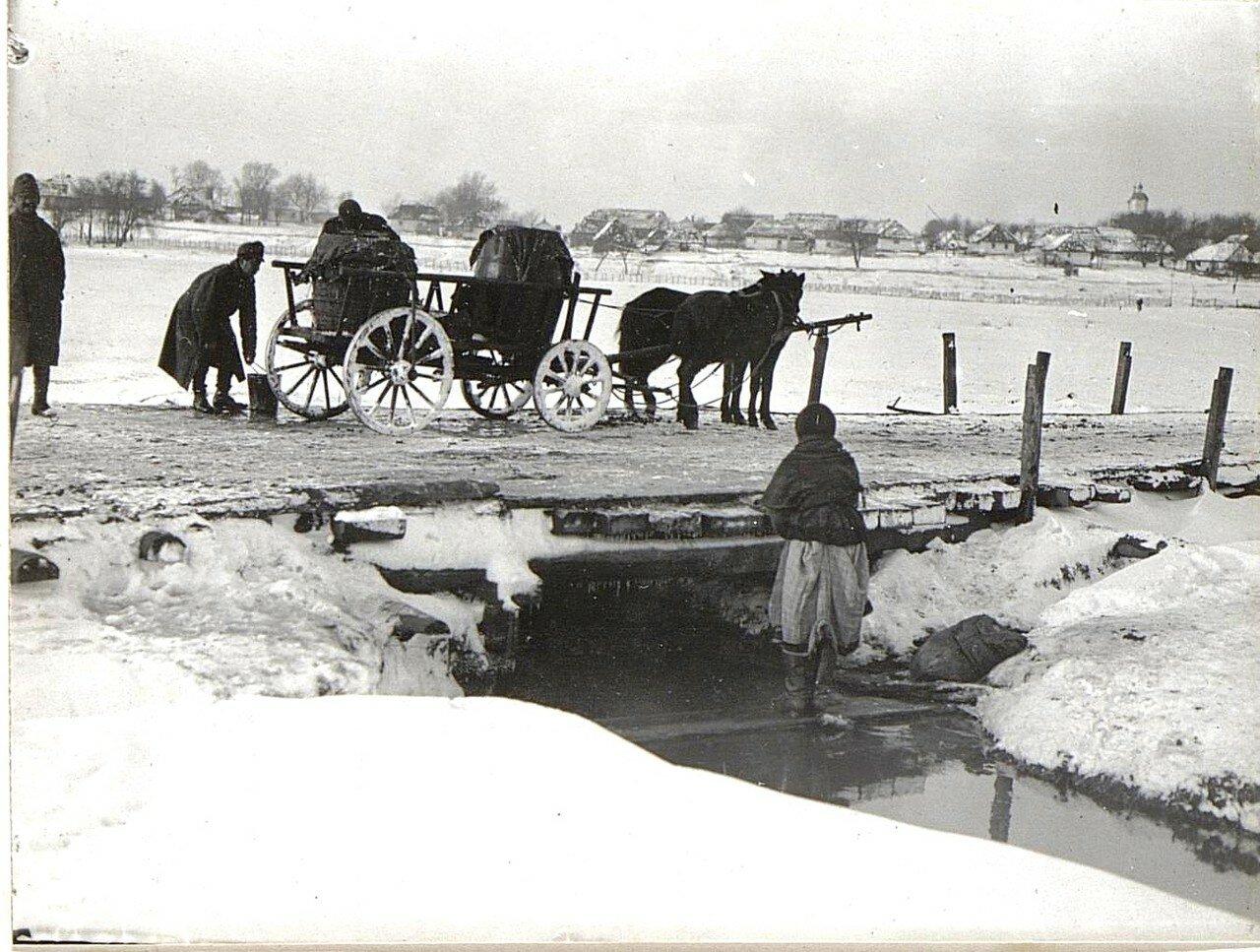 Крученица. Водоносы возле ручья на краю деревни