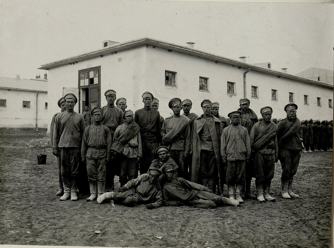 Группа военнопленных из 63 пехотного полка, захваченная 9 июня 1916