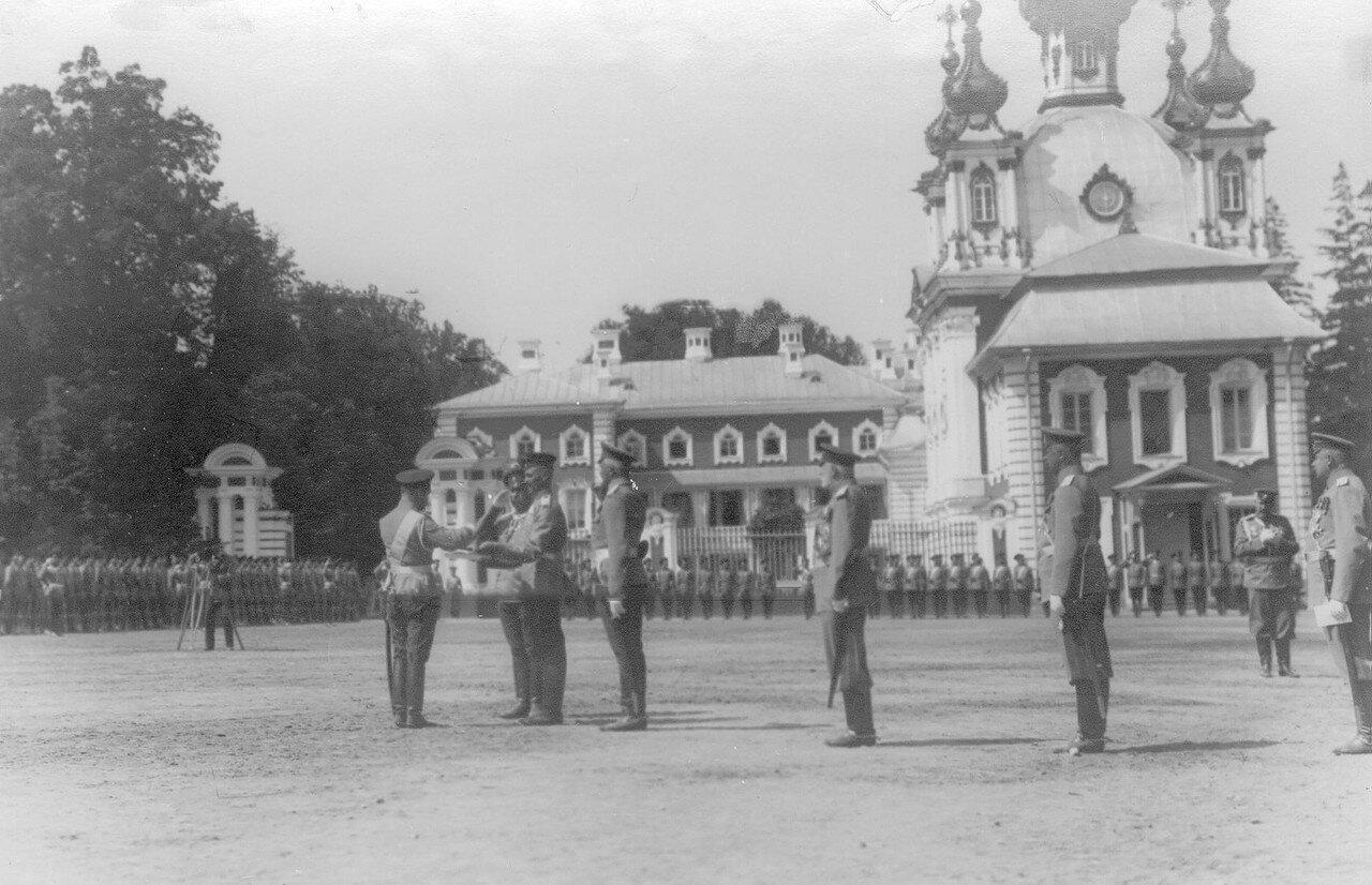 24. Император Николай II пробует солдатские щи. Петергоф. 29 июня 1913