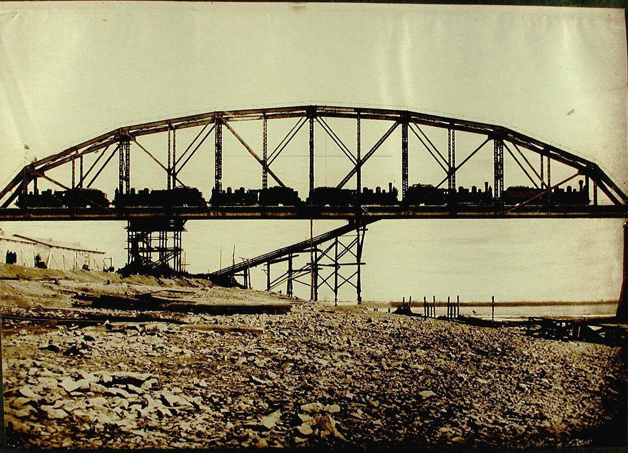 29. Железнодорожный состав на мосту во время статического испытания пролёта №1 моста через р.Зею