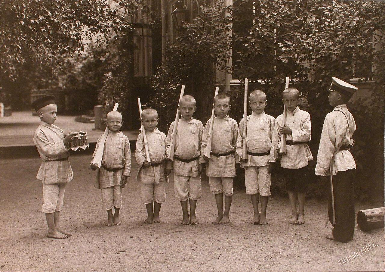 20. Группа мальчиков во время игры у здания приюта