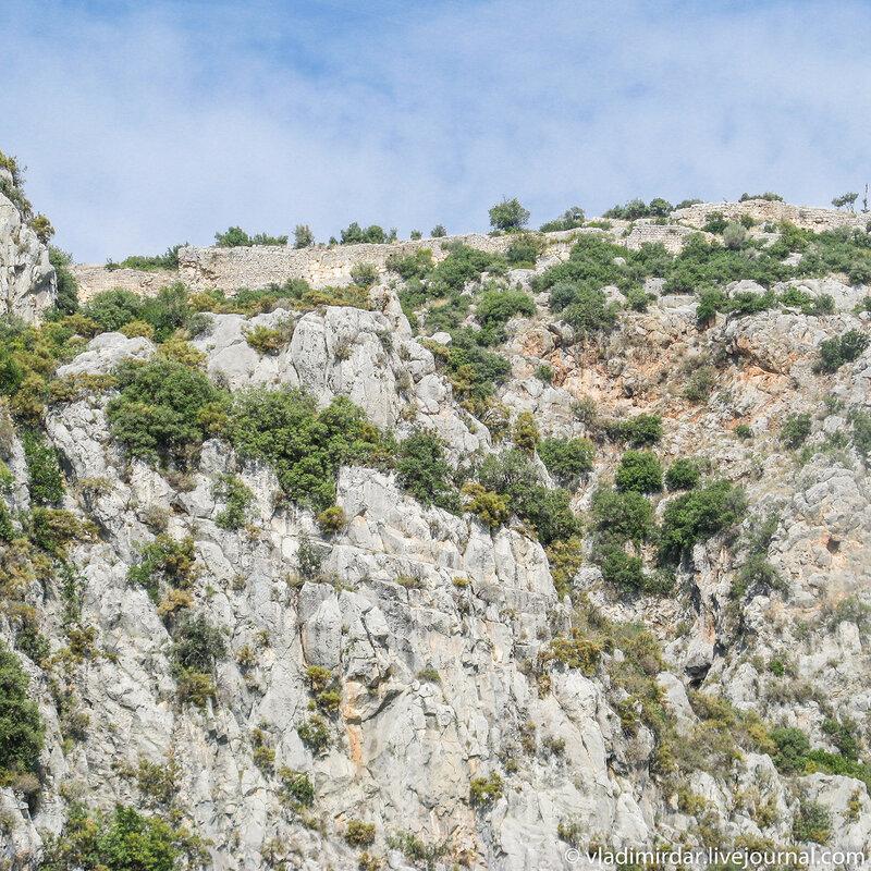 Скалы над амфитеатром в Мире