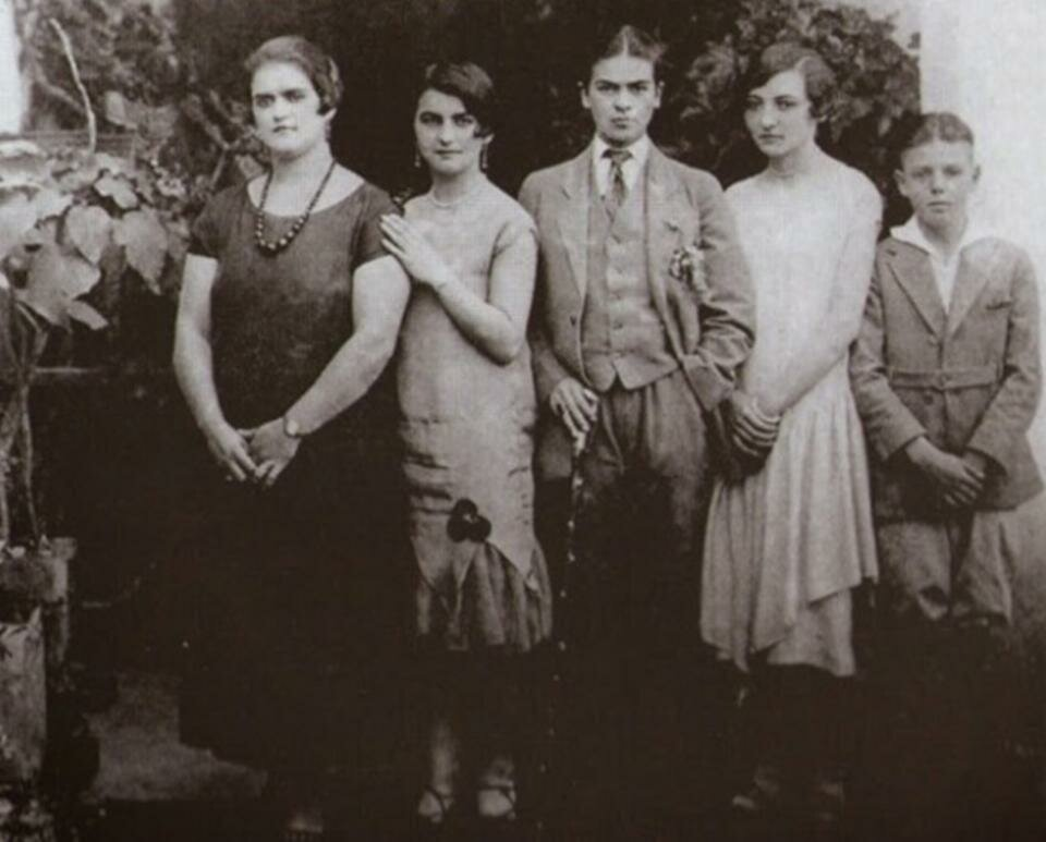 Frida Kahlo (center), with her sisters and cousins, 1926.jpg