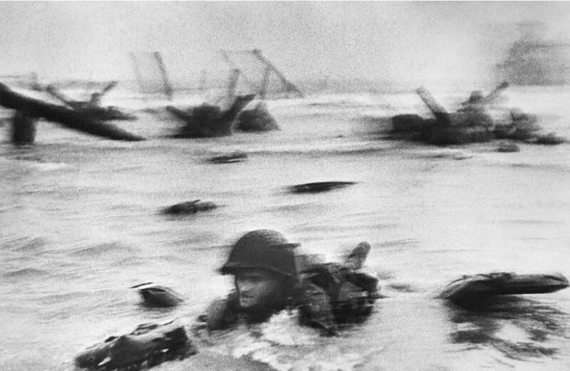 Самая известная в мире фотография Роберта Капы о высадке американских солдат на побережье Франции. Омаха-бич, 6 июня 1944..jpg