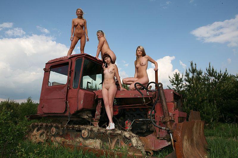 golie-devushki-na-traktore