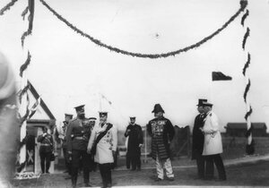 Императоры Николай II и Вильгельм II с группой офицеров на плацу.