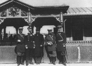 Группа офицеров, встречающих итальянского короля Виктора Эммануила III на пристани на Английской набережной.