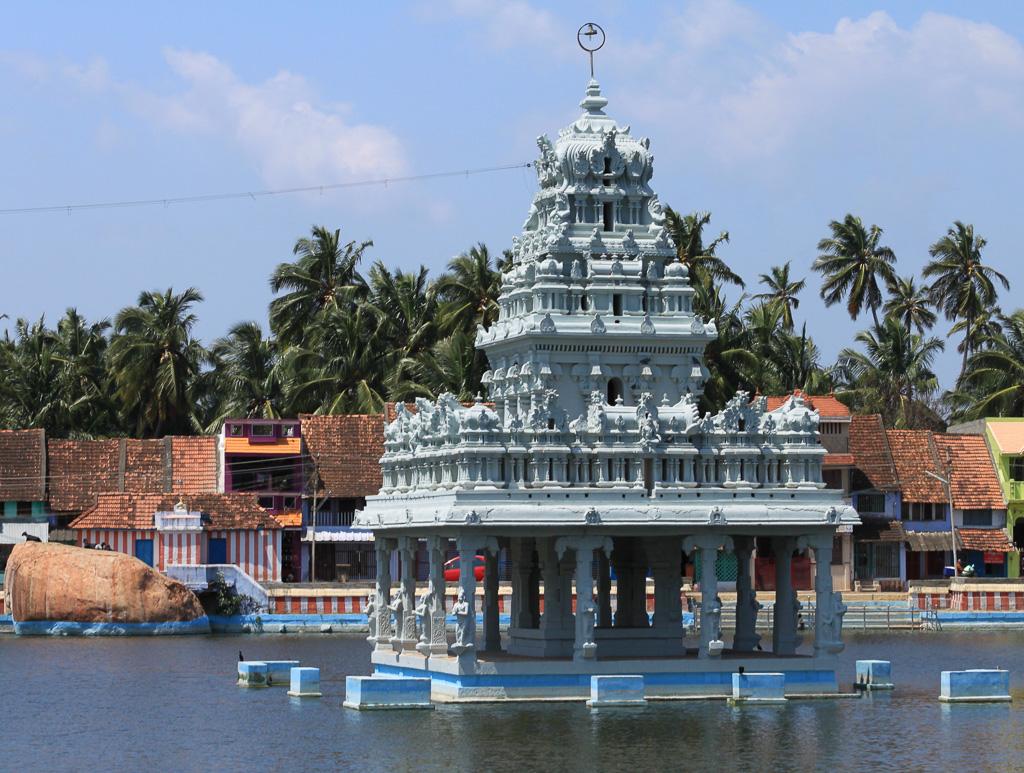 Фото 19. Сучиндрам. Храм всех учителей. Священный водоем. Сюда опускают прах (до реки Ганг далеко) и здесь совершают омовения. Отчет о поездке в Индию.