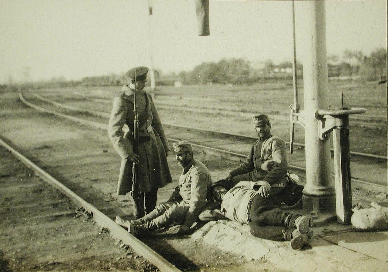 37. Русский солдат - конвоир около отдыхающих на железнодорожных путях пленных австрийцев