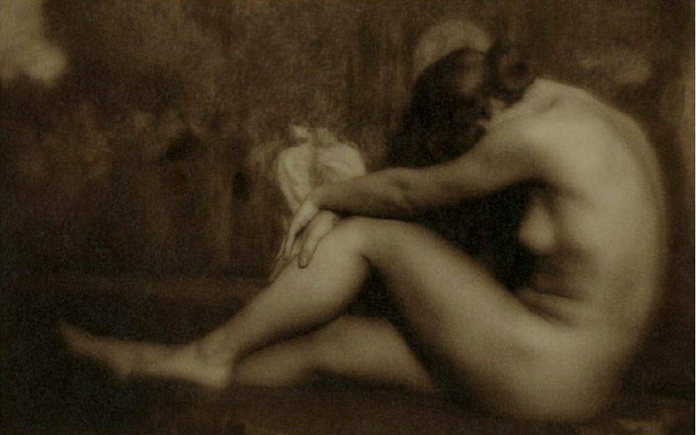 1926. Сидящая.