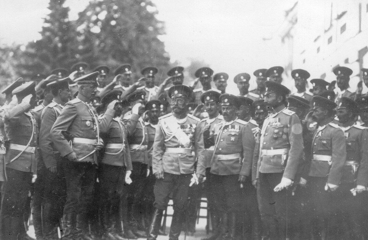 37. Император Николай II среди группы высшего офицерского состава полка на площади у Петергофского дворца. Петергоф. 29 июня 1913