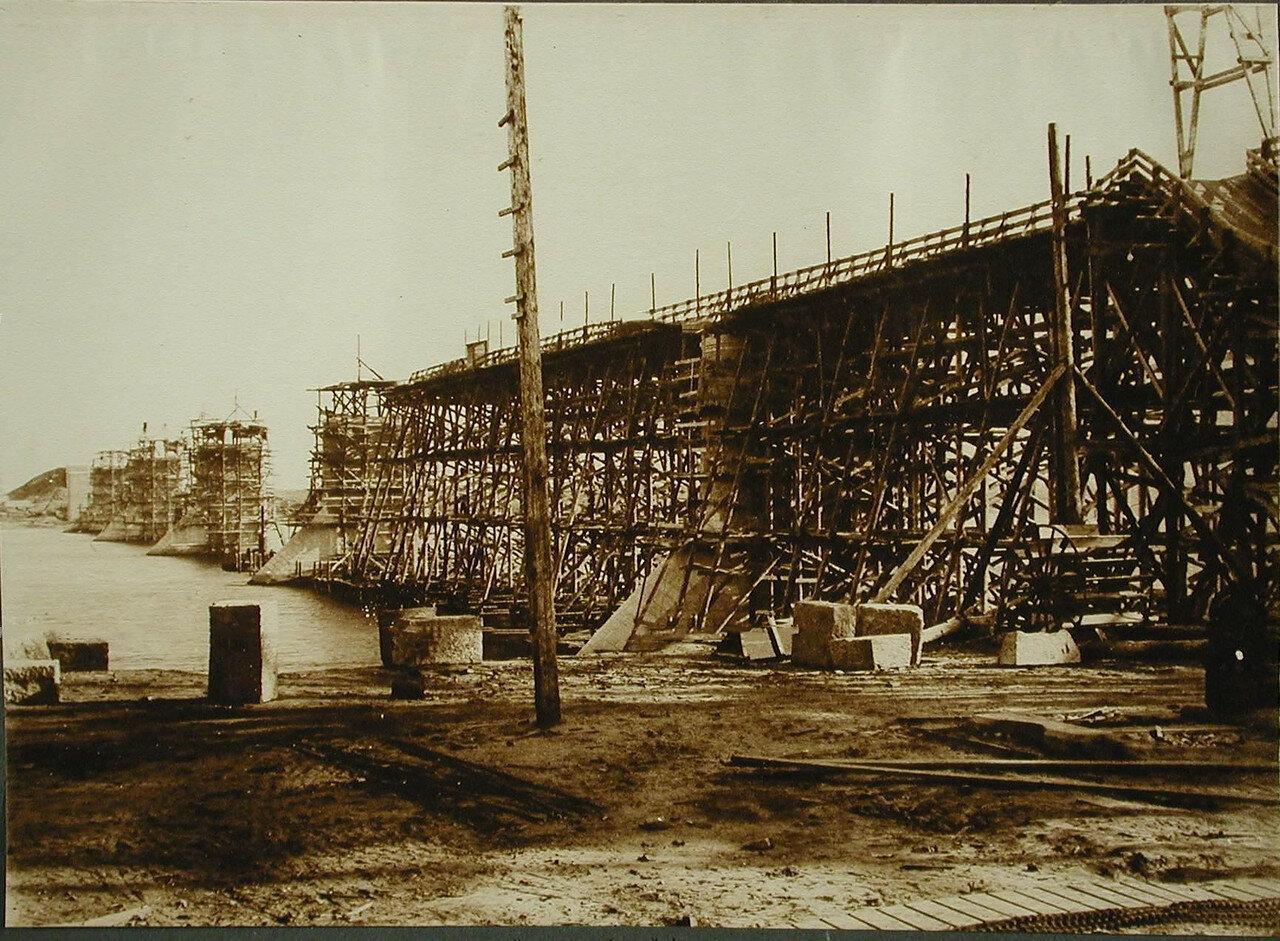 08. Установка подмостей перед сборкой ферм в ходе строительства моста через р. Зею.