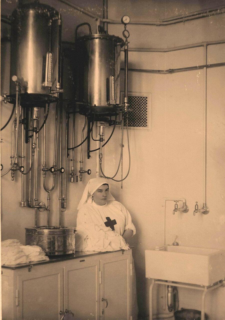 23. Сестра милосердия у стерилизационных аппаратов (для солевого раствора и воды)