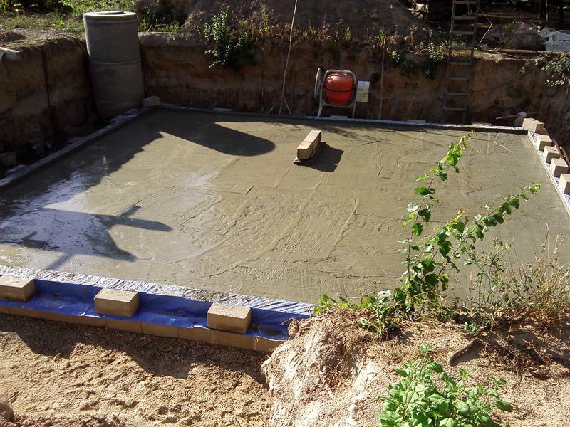 После заливки третьего слоя бетона.