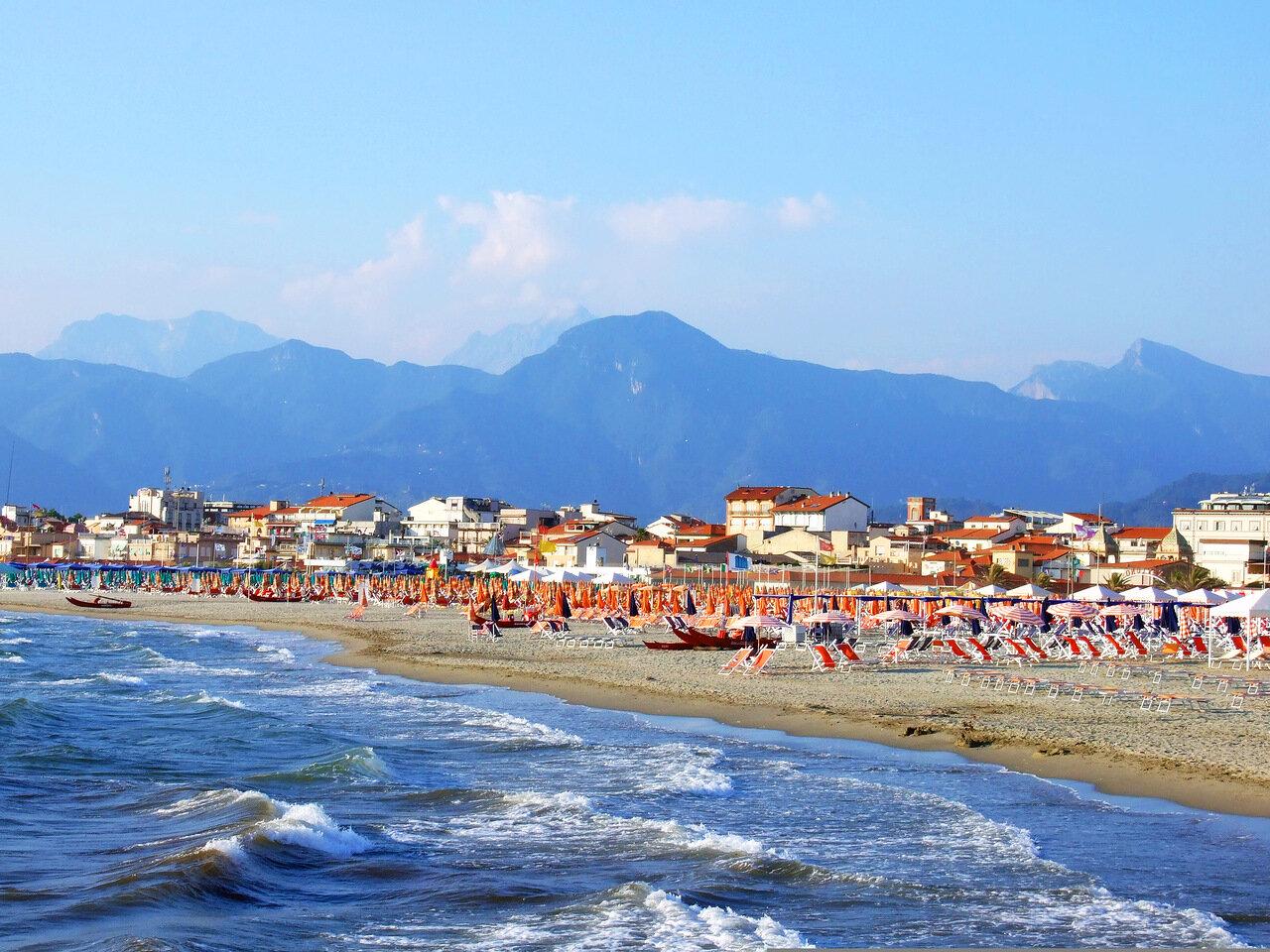 Городской пляж на курорте Виареджо (Viareggio)