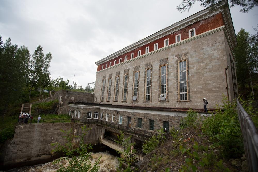 По соседству расположилась Пальеозёрская ГЭС.
