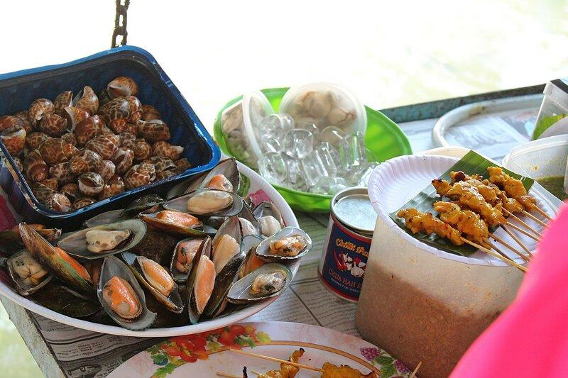Улитки, морепродукты и прочая еда на плавучем рынке Талинг Чан
