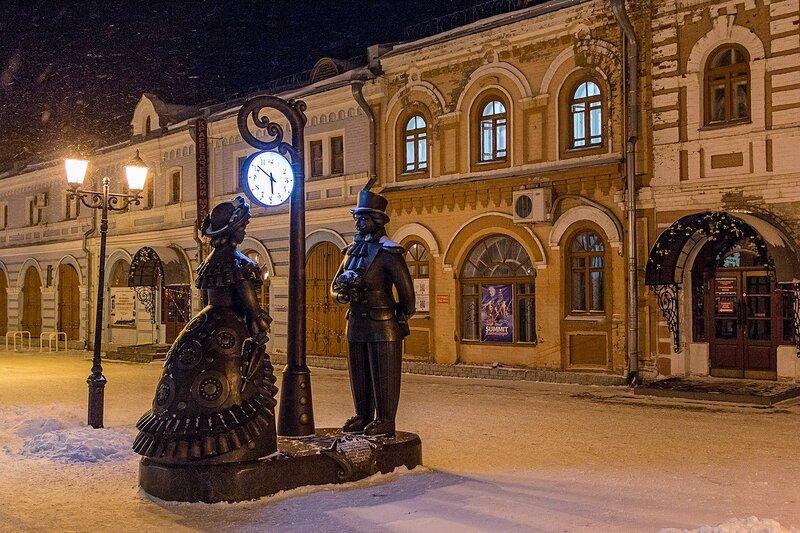 Скульптурная композиция Место встречи на улице Спасской в Кирове: дымковские кавалер и барышня под часами