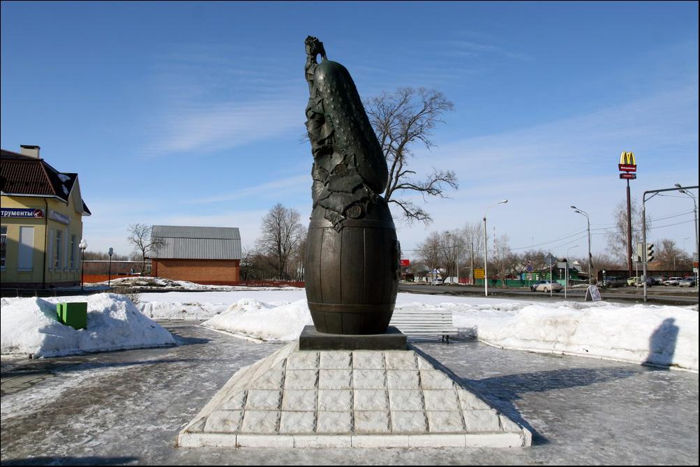 памятник огурцу в луховицах фото