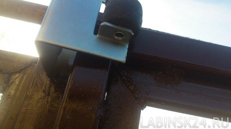 Установка ловушки для откатных ворот на столбе