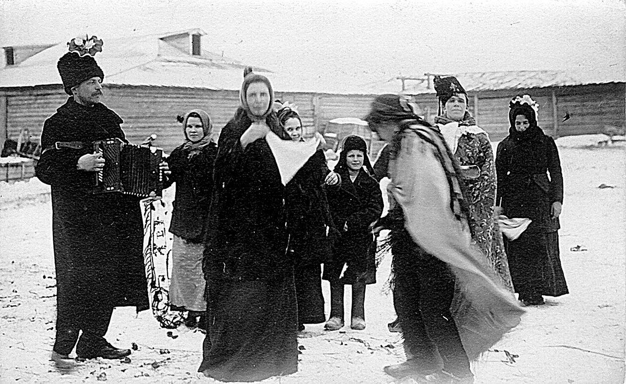 Ряженые на улицах Знаменского стекольного завода в святки. 1913-1914