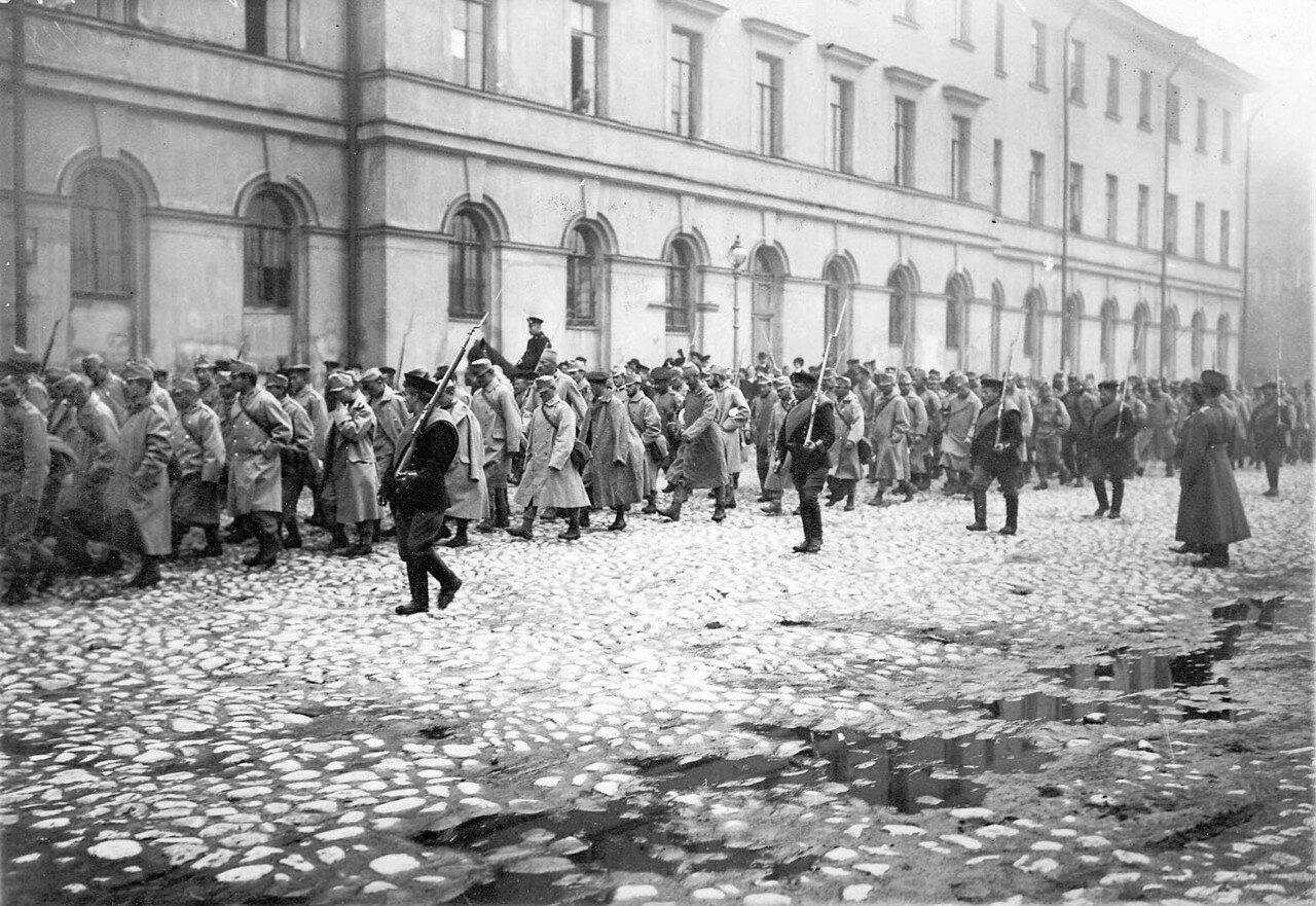 03. Колонна пленных австрийцев в сопровождении конвоя идет по Суворовскому проспекту