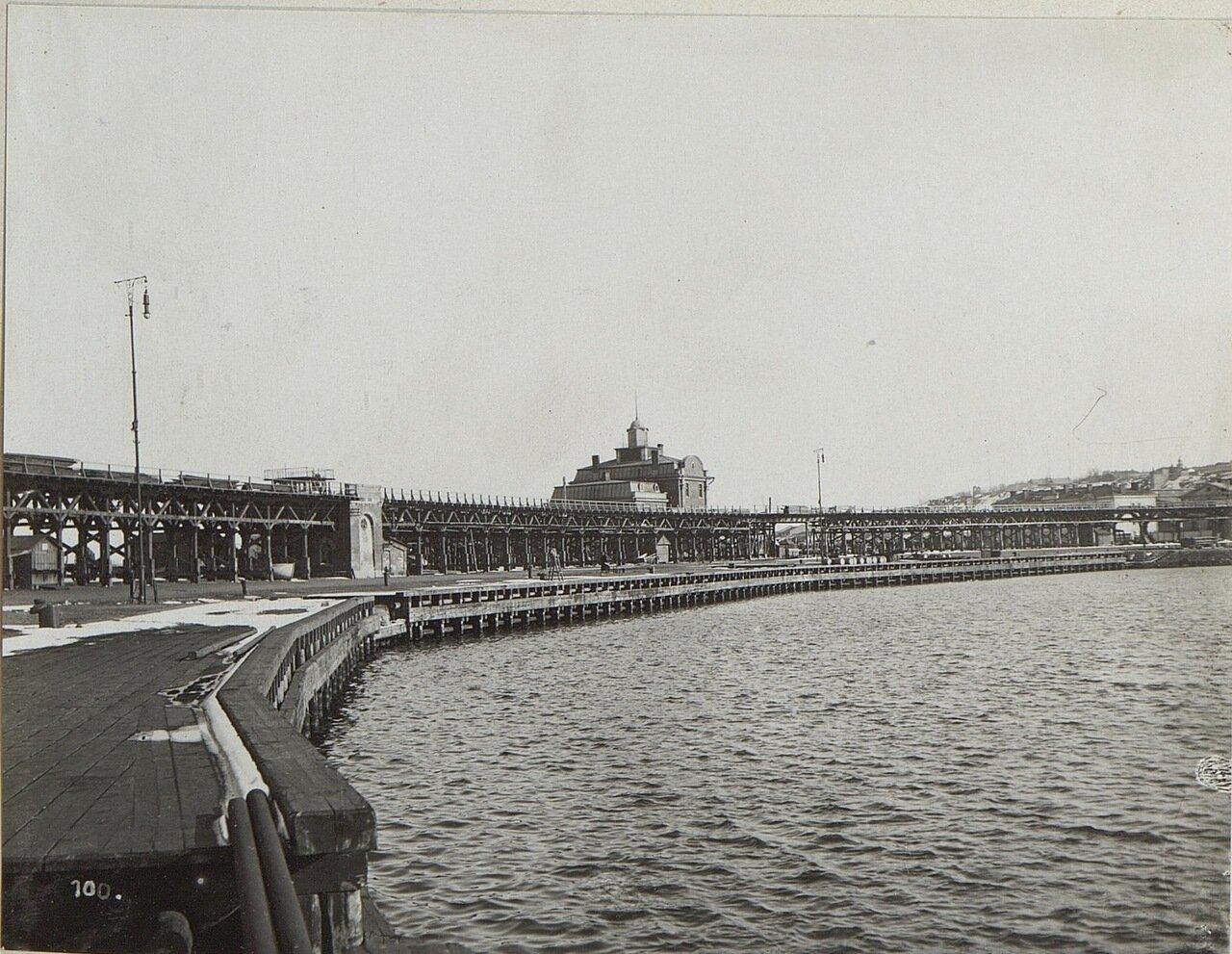 Старый карантинный мол с железнодорожной эстакадой