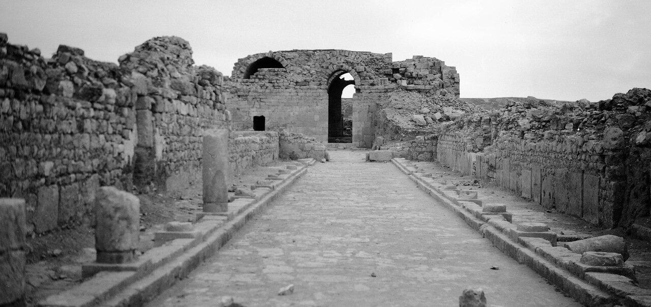 Остатки дороги и храм в древнем городе Филадельфия