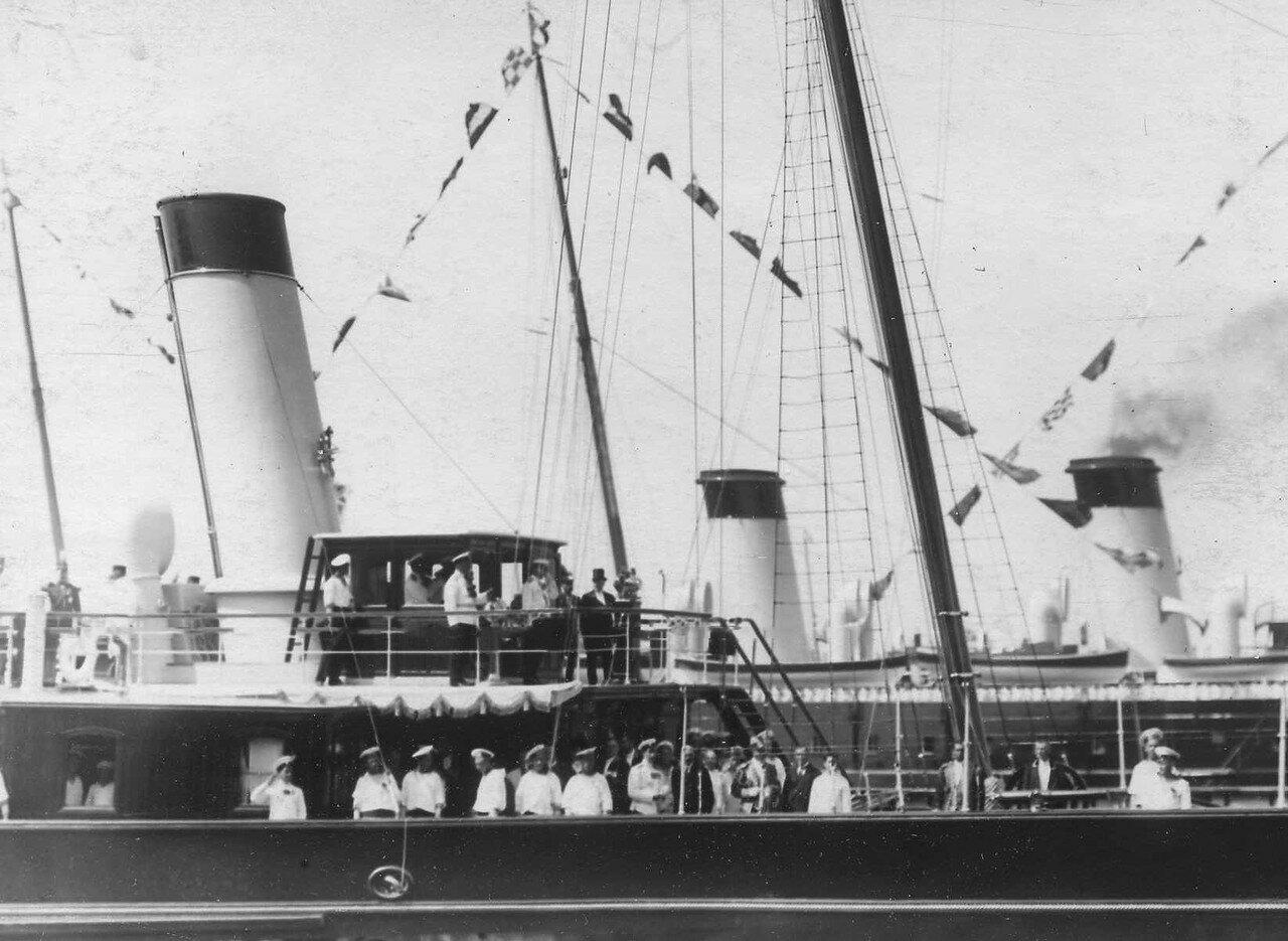 18. Пуанкаре и сопровождающие его лица на верхней палубе императорской яхты «Александрия»