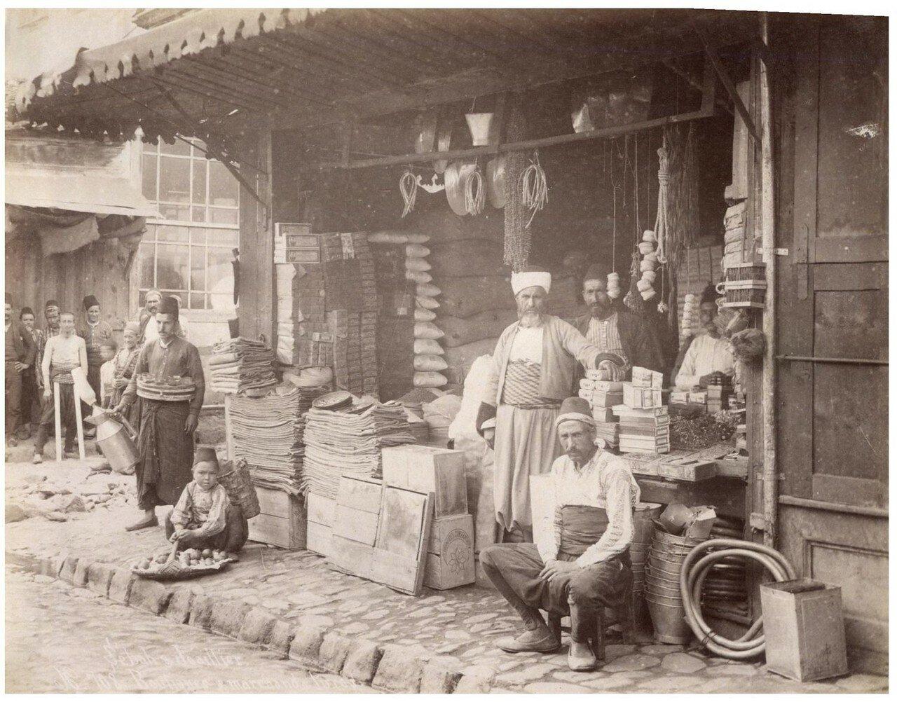 Торговцы возле магазина