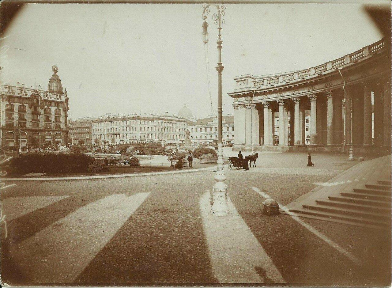 Площадь у Казанского собора и купол дома Зингера