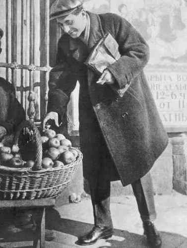 Mikhail Zoschenko buying apples, 1923.jpg