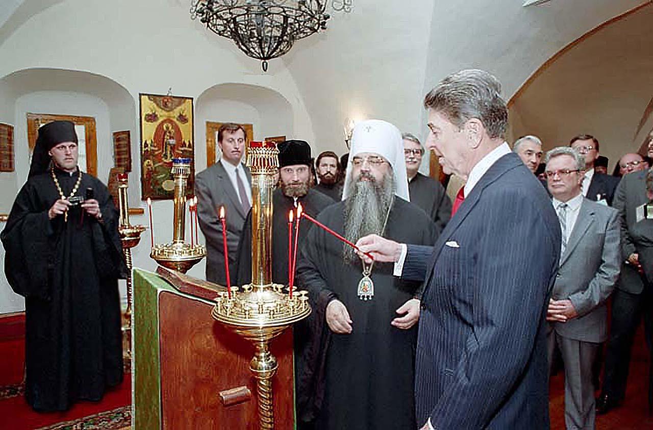 Рональд Рейган посещает Данилов Монастырь в Москве 30 мая 1988, а Генсек отсиделся в Кремле и с Богом дела не имел..
