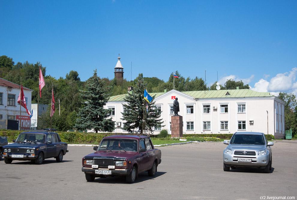 13. На главной площади всё стандартно — Администрация, флаги, Ильич. Деревянная колольня на холме —