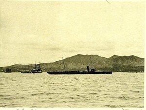 Минный крейсер Всадник, возвращающийся после ремонта из Шанхая; слева - пароход добровольного флота Хабаровск