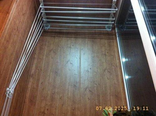 На лоджии уже есть одна сушилка для белья - под потолком