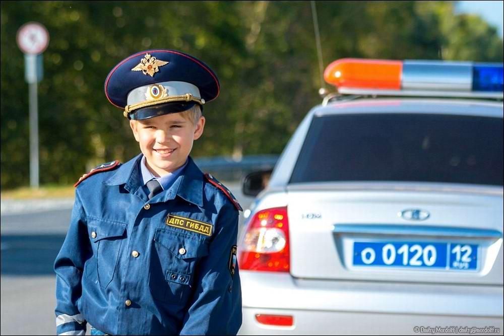 Дети на снимках из серии Люди мужественных профессий: полицейские и космонавты (11)