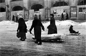 Родственники везут на кладбище умершего блокадника