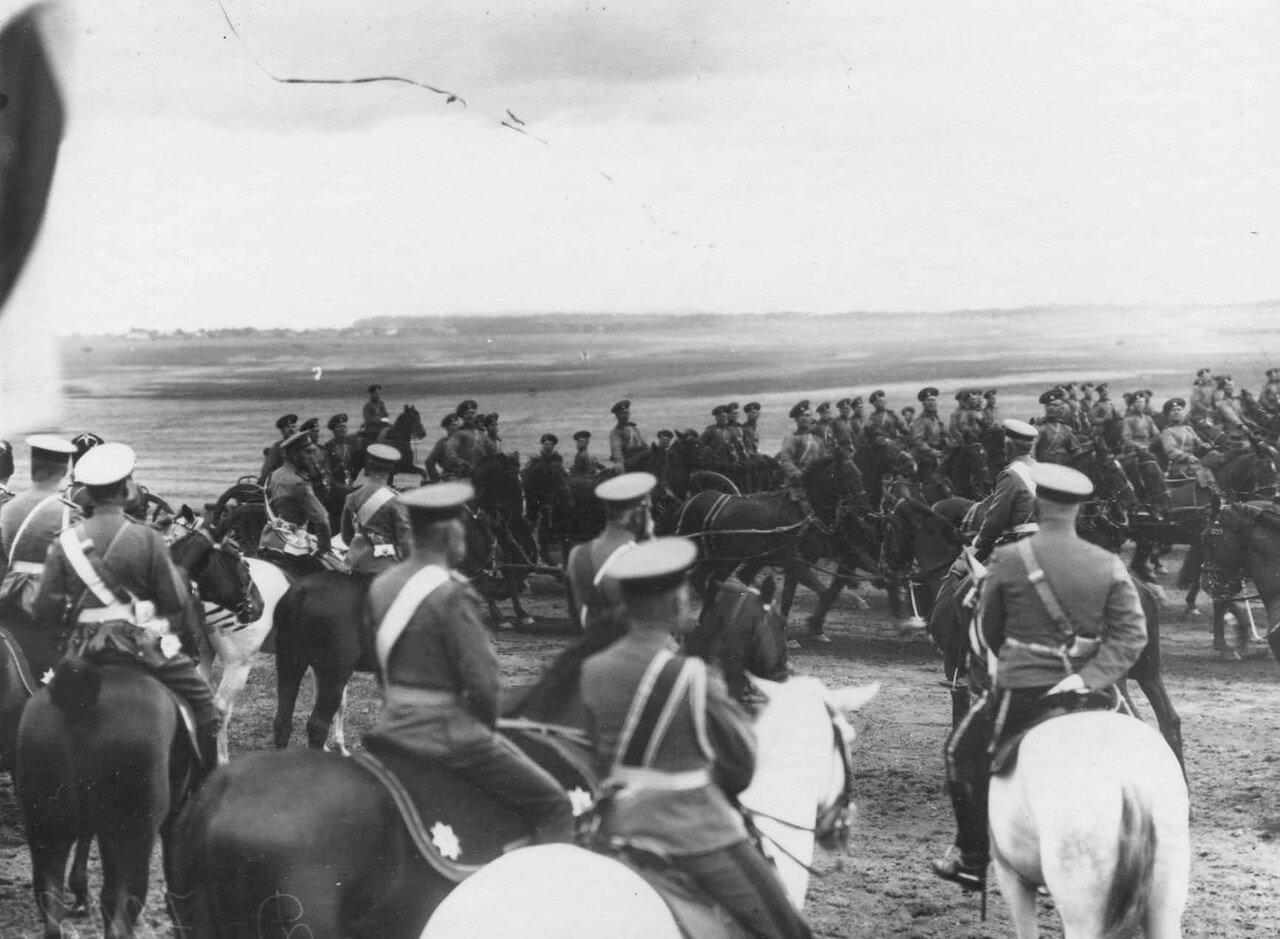 44. Артиллерийская батарея проходит мимо императора Николая II и датского короля Фридриха VIII.  7 июля 1909